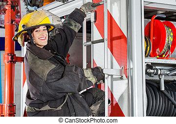 staand, vuur, brandweerman, station, vrachtwagen, het glimlachen