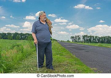 staand, wandelende, man, stok, kant van de weg