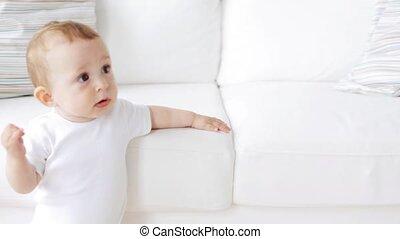 staand, weinig; niet zo(veel), sofa, vasthoudende baby, ...