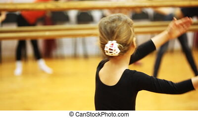 staand, weinig; niet zo(veel), volwassenen, dansers, armen, spiegel, meisje, herhaalt, beweging