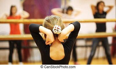 staand, weinig; niet zo(veel), volwassenen, dansers, ellebogen, spiegel, meisje, herhaalt, beweging