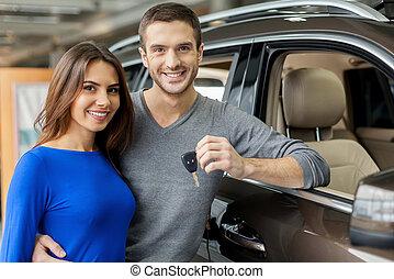 staand, wij, gemaakt, hebben, auto, mannen, jonge, het koesteren, choice., zijn, rechts, dealership, klee, vasthouden, vriendin, mooi