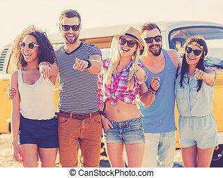 staand, wij, groep, wijzende, mensen, jonge, you!, blij, terwijl, kiezen, achtergrond, minivan, het glimlachen, strand, u, retro