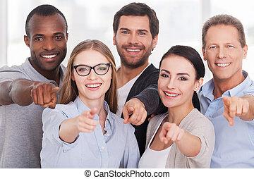 staand, wij, groep, wijzende, zakenlui, you!, vrolijk, anderen, kiezen, elke, afsluiten, u, vrijetijdskleding