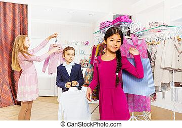 staand, winkel, kleding, kinderen, samen