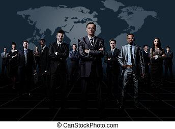 staand, zakelijk, op, gevormde, jonge, donker, achtergrond., zakenlieden, team