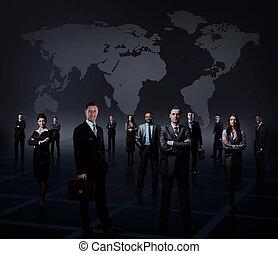 staand, zakelijk, op, gevormde, jonge, donker, zakenlieden, achtergrond, team