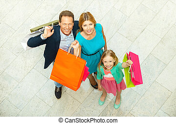 staand, zakken, wij, liefde, gezin, bovenzijde, shopping!, terwijl, vrolijk, mall, fototoestel, vasthouden, shoppen , het glimlachen, aanzicht