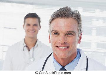 staand, zijn, collega, arts, het glimlachen, voorkant