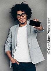 staand, zijn, hebben, het tonen, jonge, tegen, grijze , gezien, telefoon, terwijl, phone?cheerful, achtergrond, afrikaan, nieuw, het glimlachen, mijn, u, smart, man