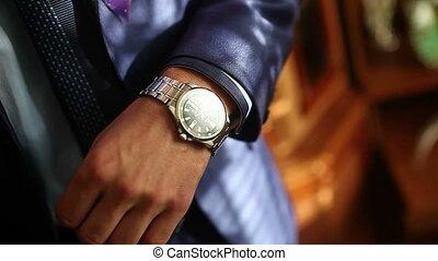 staand, zijn, klok, horloge, het kijken, venster, video,...
