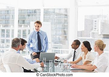 staand, zijn, team, voorkant, zakenman, vergadering