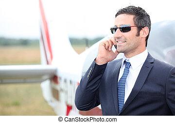 staand, zijn, uitvoerend, privé vliegtuig, voorkant