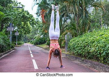 staand, zomer, laan, vrouw, outstretched, recht, park, armen, achterkant, fitness, handstand, oefening, aanzicht