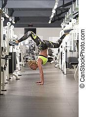 staande vrouw, op, handen, in, fitness midden