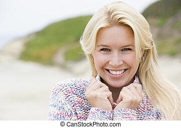 staande vrouw, op, strand, het glimlachen