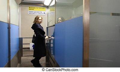 staande vrouw, op, venster, luchthaven zekerheid, controlepost
