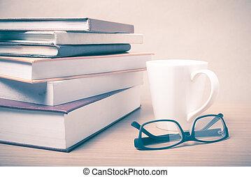 stack, av, bok, med, kaffe råna, årgång, stil