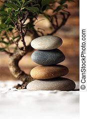 stackat, stenar, på, sand, med, bonsai träd