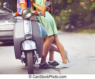 stad, gammal, par, ung, uppe, retro, gata., nära, sparkcykel, lycklig