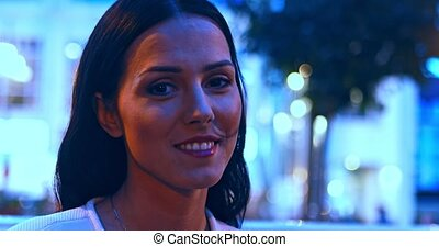 stad, glimlachende vrouw, fototoestel