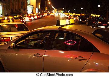 stad, nightlife., weinig, taxi's, omslagen, op, road.,...