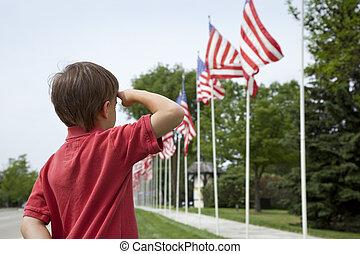 stad, pojke, åminnelse dag, flaggan, liten, salutes, röja