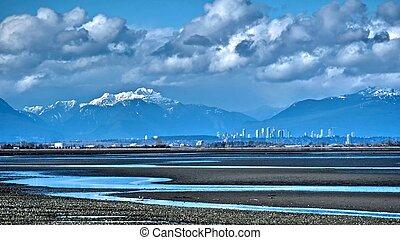 stad skyline, besneeuwd, bergen, en, eb, op, grens, bay.