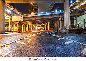 stad straat, viaduct, op de avond