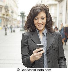 stad, vandrande, smartphone, flicka