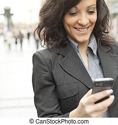 stad, vandrande, smartphone, ung, affärskvinna
