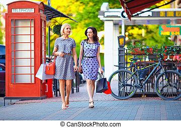 stad, vandrande, två, elegant, gata, kvinnor