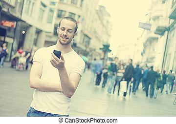 stad, vandrande, ung, mobiltelefon, man