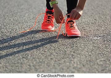 stad, vrouw, loper, jonge, sporten, shoelace, knopende,...