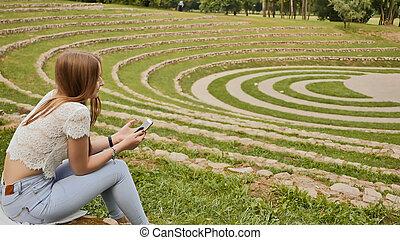 stadio, study., lei, studente, prese, erba, giovane, resto, telefono, bordo, mobile, femmina, durante, sedere, hands.