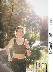 stadt, airpods, earphones., gesunde, kopfhörer, park, jogging, bluetooth, athletische, rennender , frau, brünett, attraktive, weibliche , fitness, outdoors., läufer