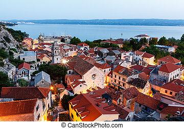 stadt, luftaufnahmen, erleuchtet, abend, omis, kroatien, ansicht