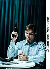 stalker, con, arma de fuego, y, teléfono