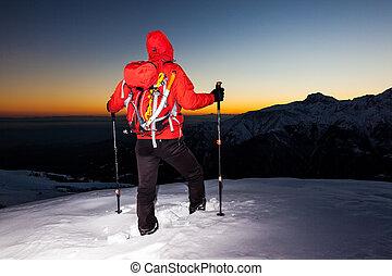 stalletjes, hiking:, (point-and-shoot, stijl, ondergaande zon , italië, man, het kijken, besneeuwd, fototoestel, kam, berg, alpen, winter, zuiden, version)., landschap., europe.