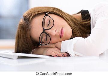 stanco, donna d'affari, in, occhiali, in pausa, tavola, a, lei, posto lavoro