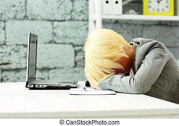 stanco, donna d'affari, in pausa, su, lei, posto lavoro, in, ufficio