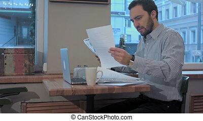 stanco, giovane, barbuto, uomo affari, in, uno, caffè, prepareing, per, meeting.