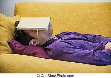 stanco, giovane, in pausa, superlavoro, libro, sotto, casa, uomo