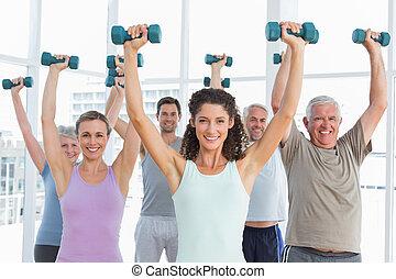 stand, het uitoefenen, met, dumbbells, in, gym