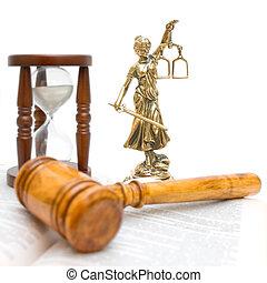 standbeeld, van, justitie, gavel, wet boek, en, hourglass