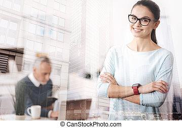 standigng, alegre, mulher, jovem, escritório