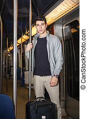 standing, andare, giovane, vacanza, treno, sottopassaggio, uomo