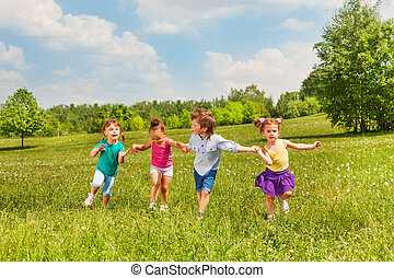 standing, bambini, insieme, quattro, tenere mani