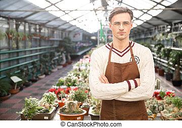 standing, braccia, fiducioso, attraversato, serra, giardiniere, uomo