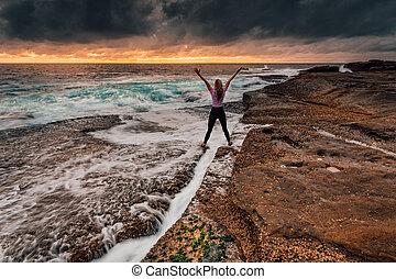 standing, brioso, sopra, roccia, fessura, lavare, onde,...